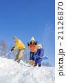 雪の公園で遊ぶ3人家族 21126870