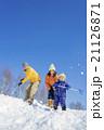 雪の公園で遊ぶ3人家族 21126871