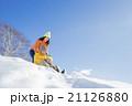 雪の公園で遊ぶ3人家族 21126880