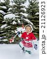 雪の公園で遊ぶ男の子 21126923