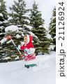 雪の公園で遊ぶ男の子 21126924
