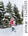 雪の公園で遊ぶ男の子 21126925