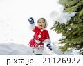 雪の公園で遊ぶ男の子 21126927