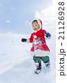 雪の公園で遊ぶ男の子 21126928