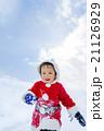 雪の公園で遊ぶ男の子 21126929