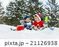 雪の公園で遊ぶ男の子たち 21126938