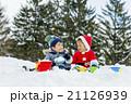 雪の公園で遊ぶ男の子たち 21126939