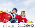 雪の公園で遊ぶ男の子たち 21126942