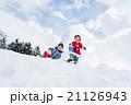 雪の公園で遊ぶ男の子たち 21126943