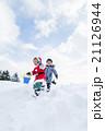 雪の公園で遊ぶ男の子たち 21126944