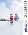 雪の公園で遊ぶ男の子たち 21126946