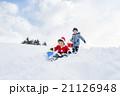 雪の公園で遊ぶ男の子たち 21126948