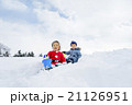 雪の公園で遊ぶ男の子たち 21126951