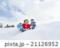 雪の公園で遊ぶ男の子たち 21126952