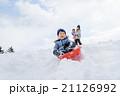 雪の公園でソリで遊ぶ親子 21126992