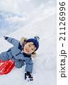 雪の公園でソリ遊びをする男の子 21126996