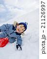 雪の公園でソリ遊びをする男の子 21126997