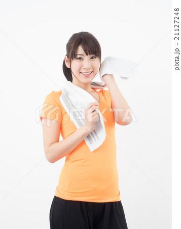 運動して汗を拭く女性の写真素材 [21127248] - PIXTA