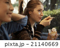 パフェを食べる女性 21140669