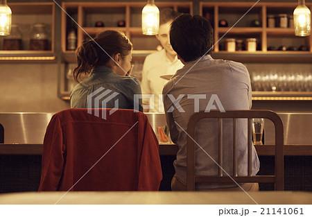 ディナーをする男女 21141061