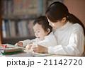図書館で絵本を読む親子 21142720
