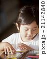 図書館で絵本を読む親子 21142840