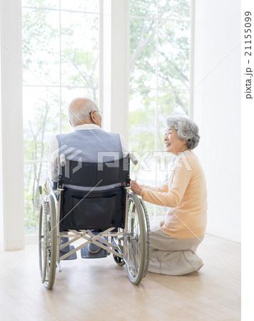 車椅子に乗る男性と介護する女性の写真素材 [21155099] - PIXTA