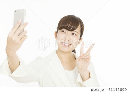 女性 スマホ 自撮り ピースサイン 白バック 白スーツ 21155890