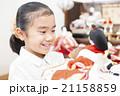 お雛様と女の子 お雛様 子供 女の子 小学生 桃の節句 ひな祭り 21158859