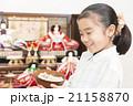 お雛様と女の子 お雛様 子供 女の子 小学生 桃の節句 ひな祭り 21158870