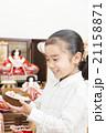 お雛様と女の子 お雛様 子供 女の子 小学生 桃の節句 ひな祭り 21158871
