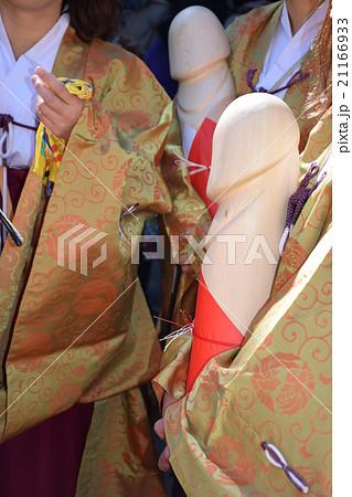 愛知 子宝祈願の田縣神社 豊年祭(小牧)巫女さんが抱くミニご神体  21166933