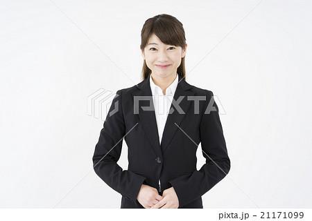 ビジネススーツを着た魅力的でフレッシュな笑顔が素敵な女性「正面」会社案内、業務案内、ご挨拶、横21171099
