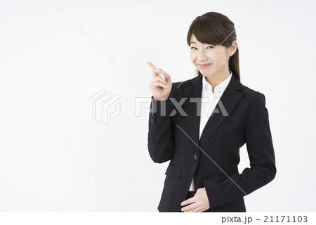 ビジネススーツを着た魅力的な笑顔が素敵な女性「斜め」ポイント,指差,的確な指示,注目おススメです21171103