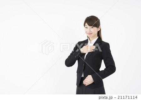 ビジネススーツを着た魅力的な笑顔が素敵な女性「斜め」お任せください,ご安心ください,信頼関係,心強い高品質,確実に実施21171114