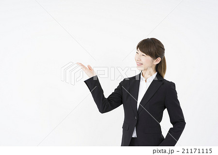 リクルートスーツを着た魅力的な笑顔が素敵な女性新入社員「斜め」ご案内こちらです,どうぞ,会社概要,業務案内,プレゼンの練習,会社の顔となるために21171115