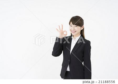 ビジネススーツを着た魅力的な笑顔が素敵な女性「正面」OKサイン大丈夫完璧横画面白背景モデル素材人物21188556