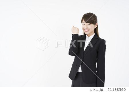 ビジネススーツを着た魅力的な笑顔が素敵な女性「正面」ガッツポーズお任せ下さい自信があります。挑戦勇気みなぎる人物素材負けるな気合やる気安全宣言品質確保21188560