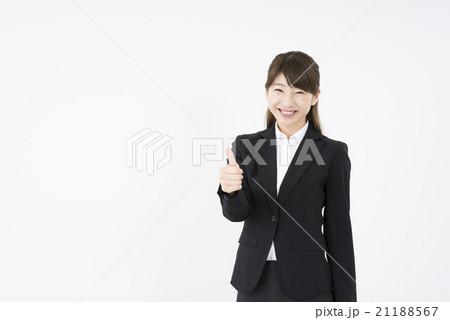 ビジネススーツを着た魅力的な笑顔が素敵な女性「正面」上手に成功しましたチャンスです。お元気で!seeyou, good luck,またね21188567