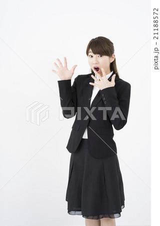 ビジネススーツを着驚いた顔が素敵な女性「正面」ビックリ驚き開いた口がふさがらないサプライズ縦21188572