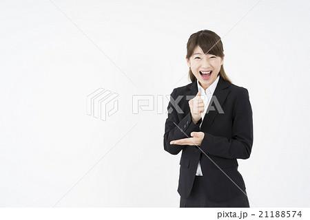 ビジネススーツを着た魅力的な笑顔が素敵な女性「正面」ヒラメキ理解納得決定そうだったんだ。解決しました21188574