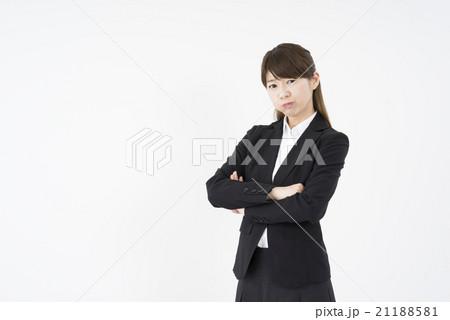 ビジネススーツを着た魅力的な笑顔が素敵な女性「正面」困り顔。難しい問題。謎。分からない悩ましい21188581