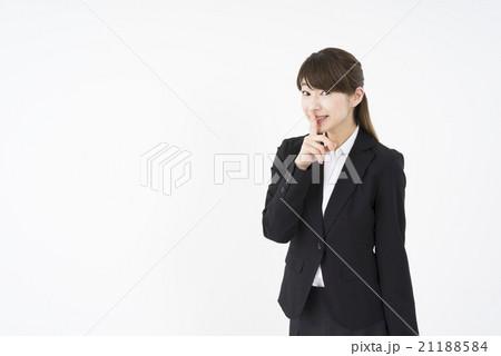 ビジネススーツを着た魅力的な笑顔が素敵な女性「正面」内緒秘密ヒミツ。静かに静粛に。あとでね。上司にはナイショです21188584