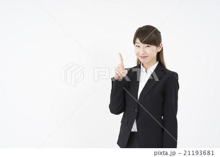 ビジネススーツを着た魅力的な笑顔が素敵な綺麗な女性キャリアウーマン「数字1」その一,大切なポイントをもう一度21193681