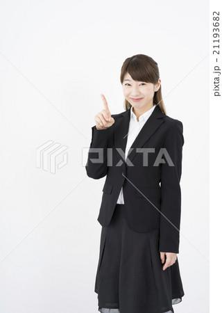 ビジネススーツを着た魅力的な笑顔が素敵な綺麗な女性キャリアウーマン「数字1」その一ポーズⅠ縦 21193682