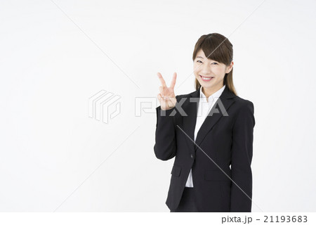 ビジネススーツを着た魅力的な笑顔が素敵な綺麗な女性キャリアウーマン「数字2」その二ポーズ�U成功の秘訣21193683