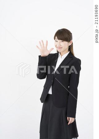 ビジネススーツを着た魅力的な笑顔が素敵な綺麗な女性キャリアウーマン「数字5」その五ポーズⅤ 21193690