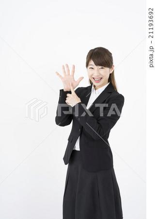 ビジネススーツを着た魅力的な笑顔が素敵な綺麗な女性キャリアウーマン「数字6」その六ポーズⅥ 21193692