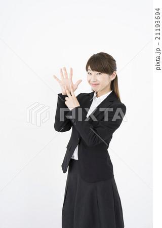 ビジネススーツを着た魅力的な笑顔が素敵な綺麗な女性キャリアウーマン「数字7」その七ポーズⅦ縦 21193694