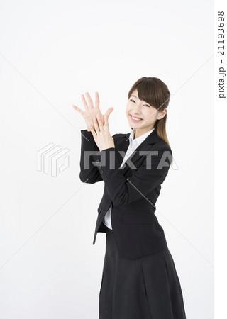 ビジネススーツを着た魅力的な笑顔が素敵な綺麗な女性キャリアウーマン「数字9」その九ポーズⅨ縦 21193698
